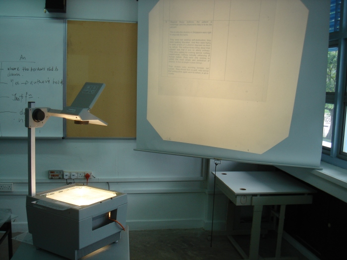 An old-fashioned overhead projector ( By mailer_diablo - Self-taken (Unmodified), CC BY-SA 3.0 )